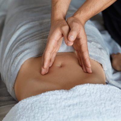 Massage mains sur le ventre